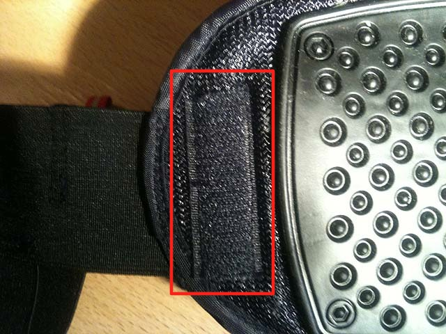 Lösningen. Den röda rektangeln markerar den lilla kardborrebiten som hindrar bältet att glida upp.